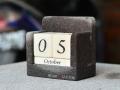 Kalendar Batu Alam dan Batu Putih Menunjukkan Tanggal 05 Oktober