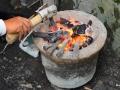 Alat Pahat Batu (Cuplik, Tatah) dibakar untuk ditempat dan ditajamkan