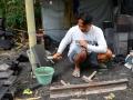 Seorang Pengrajin (Pak Meri) sedang menyepuh dan menajamkan alat Pahat Batu