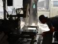Seorang Pengrajin Sedang Mengatur Posisi Batu di Mesin Potong