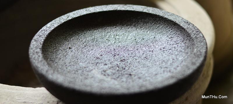 Contoh Cobek Batu Merapi Kualitas Jelek: Banyak Pori-porinya