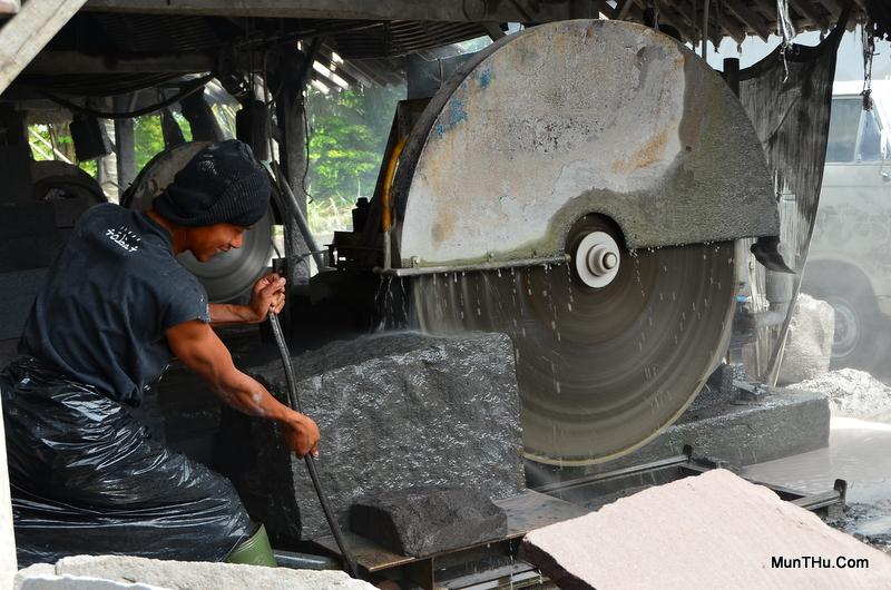 Proses Pemotongan Batu Alam (Gunung Merapi) dengan Gergaji Batu bermesin Diesel
