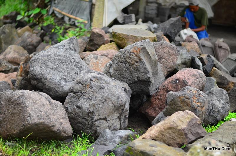 Batu Alam / Batu Candi Hasil Galian untuk Bahan Baku Kerajinan Batu dari Lereng Gunung Merapi