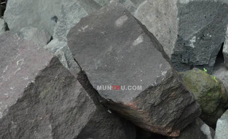 Batu Alam Merapi Gelap Kehitam-hitaman