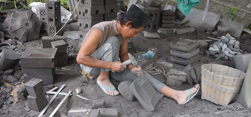 Penggunaan Alat Pahat Tradisional / Manual: Seorang Pengrajin Sedang Memahat