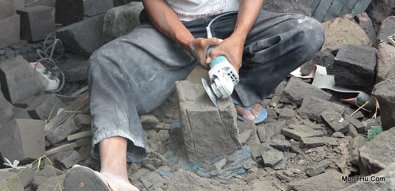 Pembuatan Alur Belah Batu dengan Cutter / Pemotong Listrik