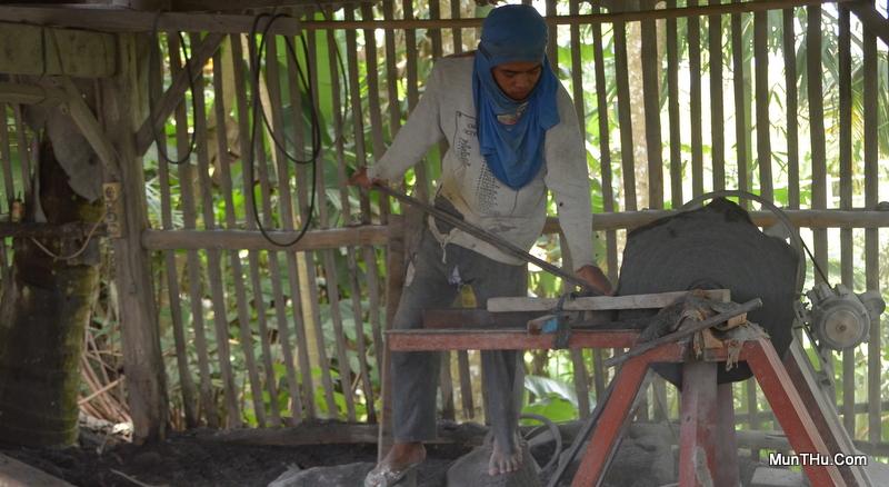 Proses Pembubutan Cobek di Mesin Bubut