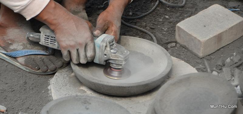 Proses Penghilangan Sisa Bubut Cobek Batu Alam Merapi