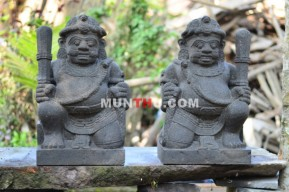 Sepasang Arca Dwarapala / Gupolo dari Batu Candi Merapi