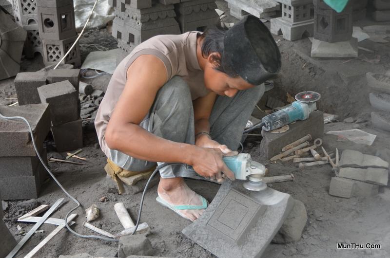 Seorang Pengrajin sedang Menggunakan Mangkokan untuk Menghaluskan Batu