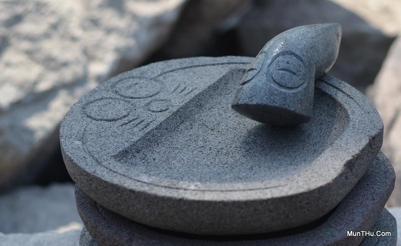 Cobek Batu Doraemon dengan Ulekan Ukir Mata