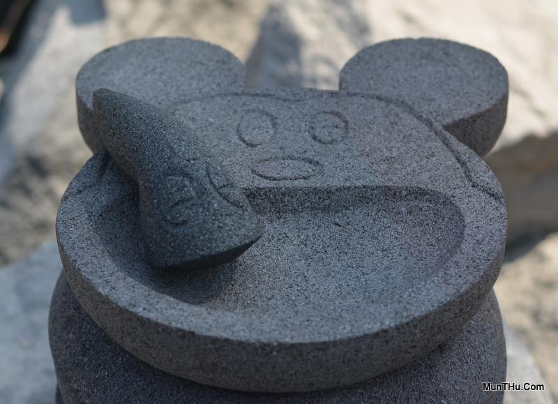 Cobek Mickey Mouse Batu Merapi dengan Ulekan Ukir Mata