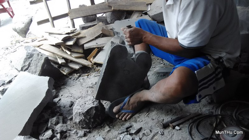 Proses Pembuatan Cobek Mickey Mouse dari Batu Gunung Merapi