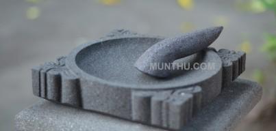 Cobek Batu Motif Batik dengan Ulekannya